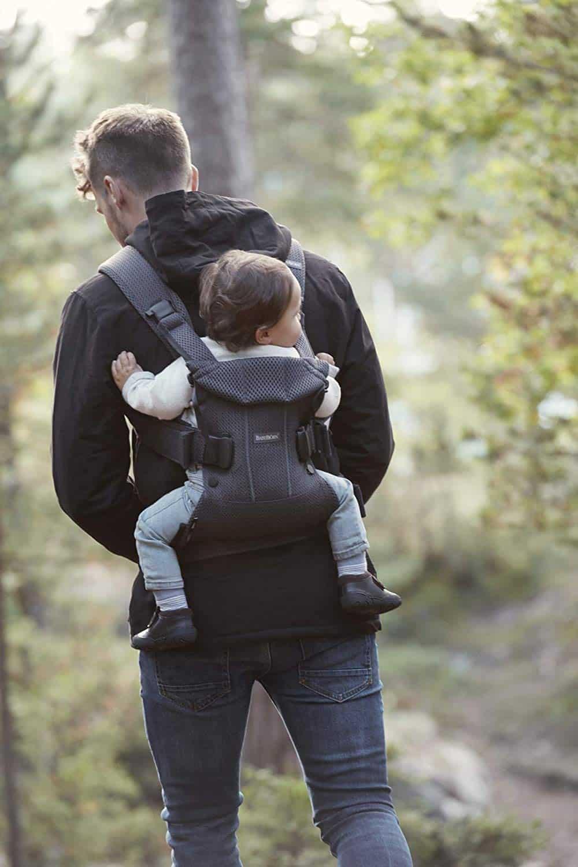 Ce modèle de Babybjörn offre la position assise en M recommandée pour bébé.