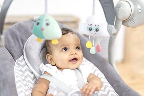 Son arche d'éveil permet au bébé de s'amuser.